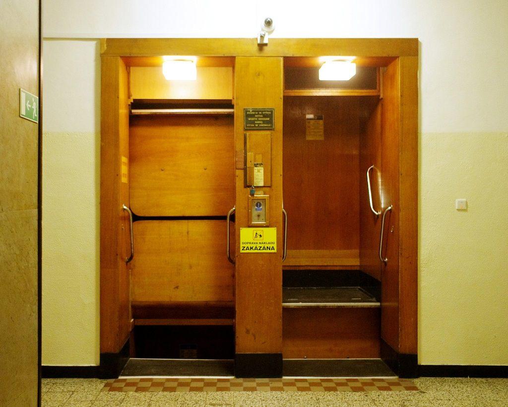 deux prostituées dans un ascenseur